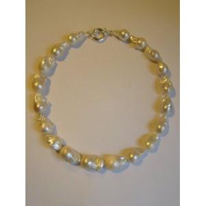Collier perles de culture baroques .