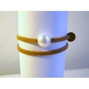Bracelet lien camel ,perle bouton blanche