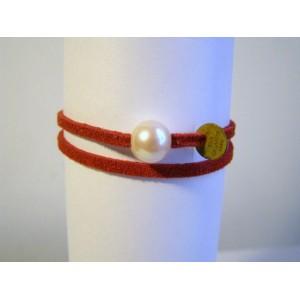 Bracelet lien double rouge perle de culture bouton blanche.
