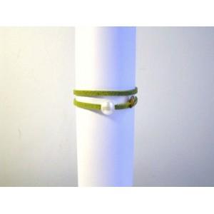 Bracelet lien vert amande,perle bouton blanche.