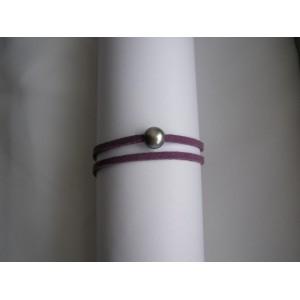 Bracelet perle de culture bouton baroque grise lien double daim mauve