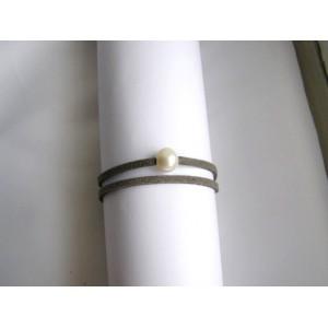 Bracelet 1 perle de culture baroque bouton blanche lien double gris