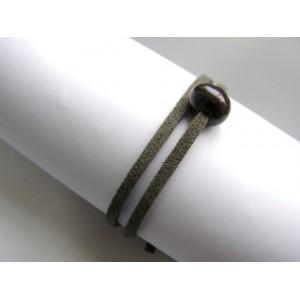 Bracelet une perle de culture bouton noire sur lien double gris